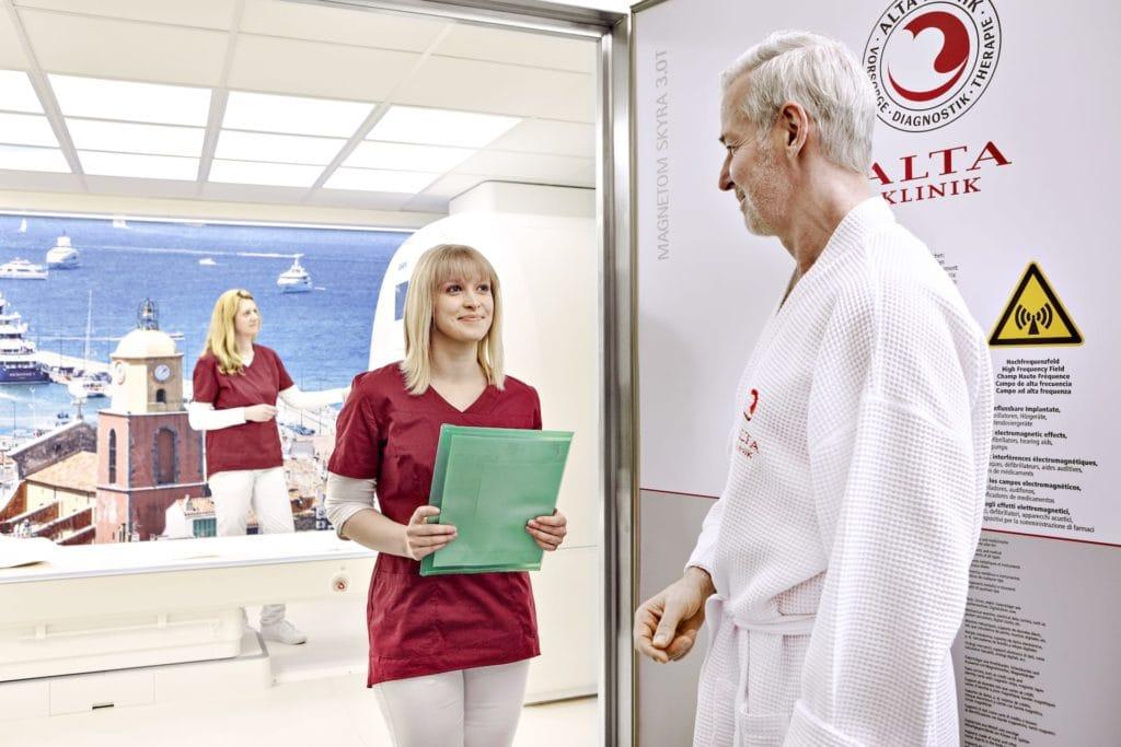 Mann vor der MRT Untersuchung